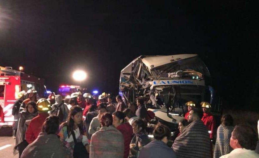 Un micro mendocino colisionó contra un camión en la ruta 188