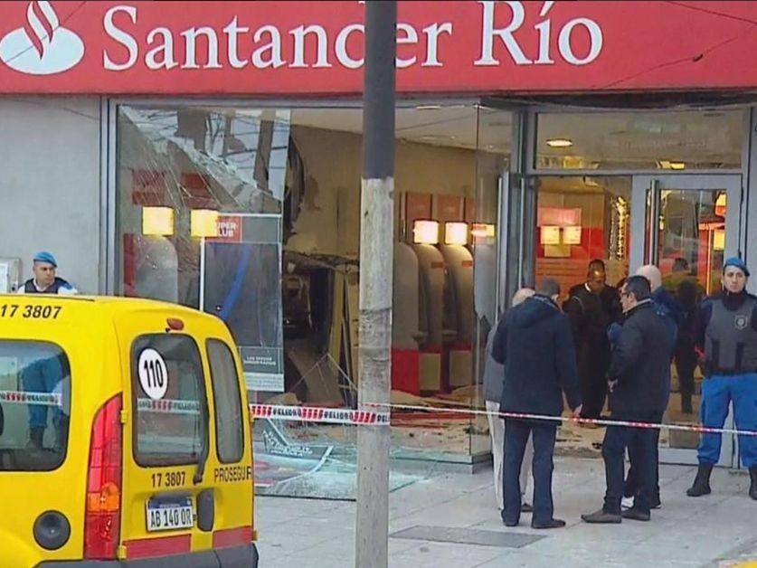 Banco santander explotan un cajero autom tico y se llevan for Cajeros banco santander para ingresar dinero